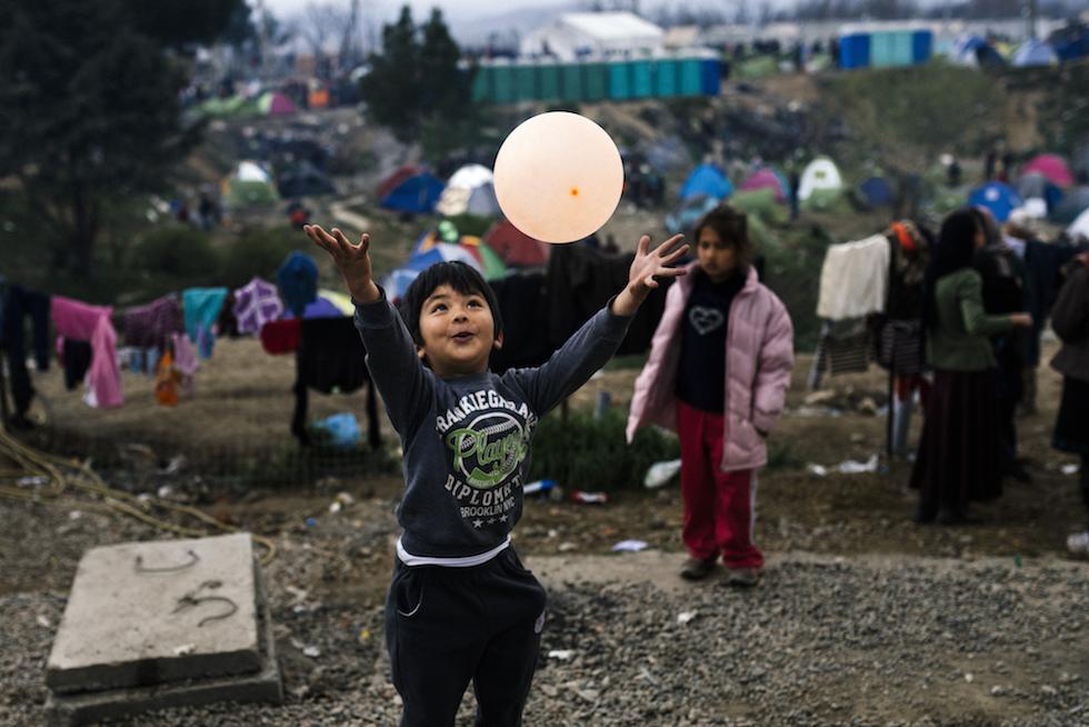 Un bambino gioca con un palloncino a Idomeni, Grecia 7 marzo 2016 (DIMITAR DILKOFF/AFP/Getty Images)